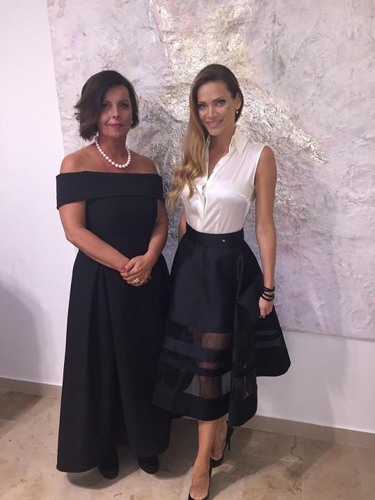 Modela na otvíračce nového salonu krásy, kde o sebe nechává pečovat. Na snímku boku majitelky Marie Trupiano.