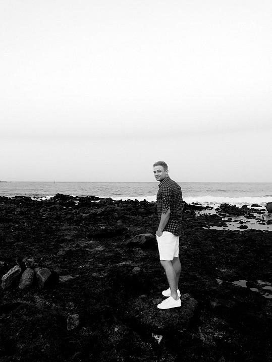 Jakub není příznivcem válení se na pláži.