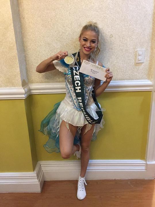 Kristýna se raduje z druhého místa v talentové show.