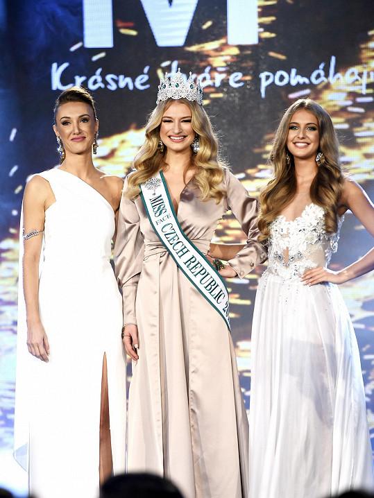 Taťána Makarenko s úřadující královnou krásy Kateřinou Kasanovou a předloňskou vítězkou Nikolou Uhlířovou.
