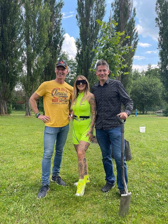 Sharlota s Dominikem Haškem a Karlem Divišem na charitativním sázení lípy.