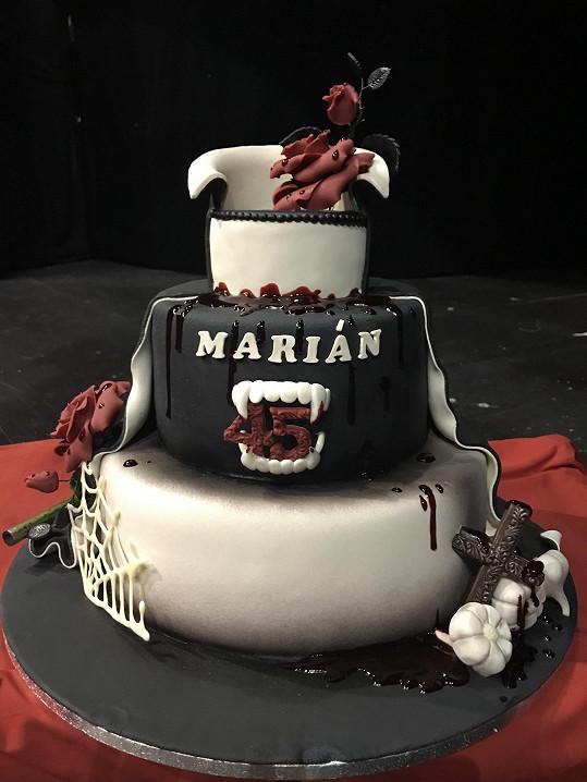 Takový krásný dort dostal.