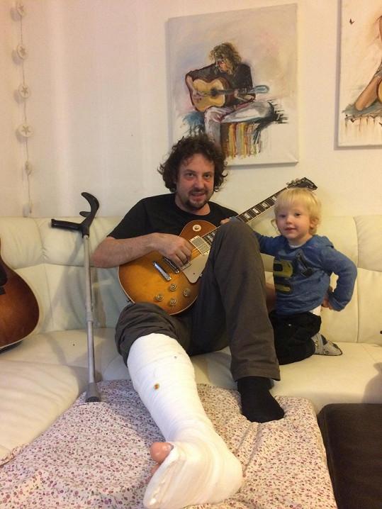 I když je Tomislav v rekonvalescenci s nohou v sádře, kytaru má stále po ruce.