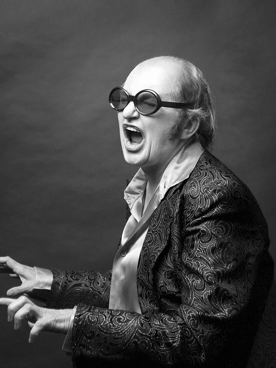 Eva Holubová je v podobě Eltona Johna dokonalá.