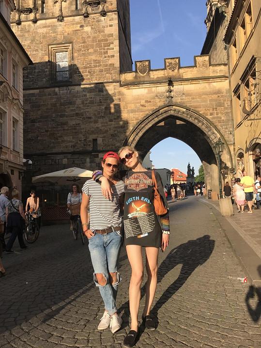 Transgender modelka s českým návrhářem na Karlově mostě