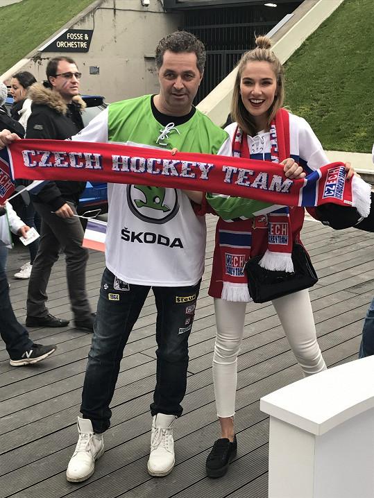 Martin s Českou Miss Andreou Bezděkovou odletěli podpořit český národní tým.