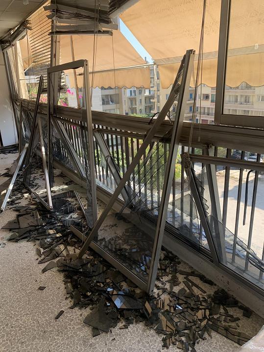 Velká skleněná stěna byla explozí vysazena ze zdi a sklo se vysypalo. Nyní se vše opravuje.