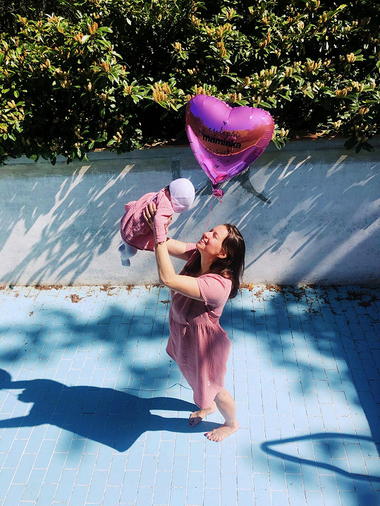 Mateřství si herečka užívá.