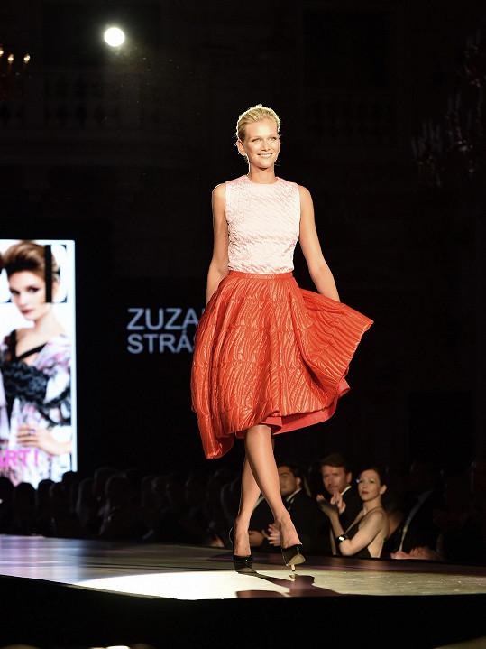 Úspěšná Češka Zuzana Stráská se stala tváří kampaní Dolce&Gabbana, pracovala pro Donnu Karan či ikonu Alexandra McQueena, fotila pro časopisy jako Velvet či L´Officiel.