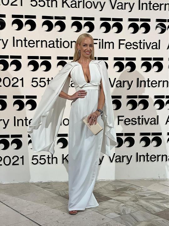 Kate Matl zvolila šaty od Michaela Kováčika.