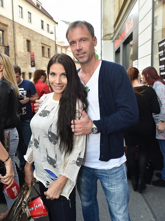 Eva dorazila na párty s kamarádem, skladatelem a zpěvákem Zdeňkem Hrubým.