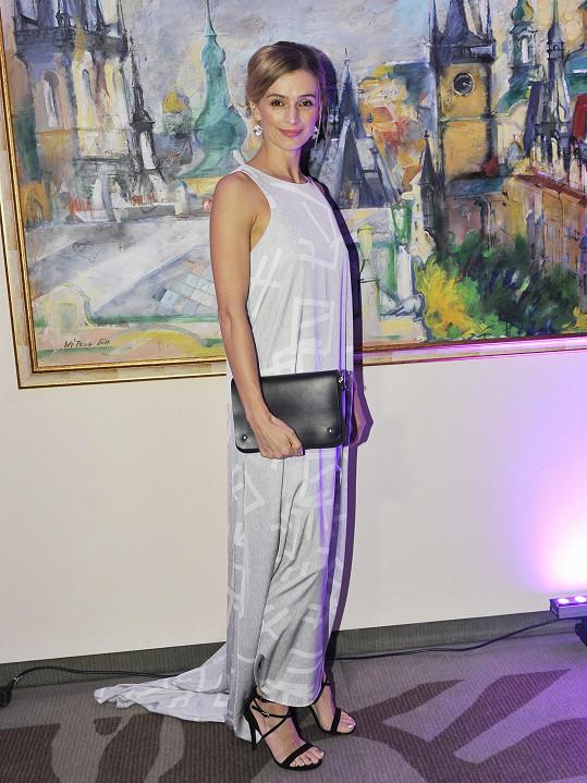 Jako víla působila herečka Ivana Jirešová v šatech od návrhářského dua Leeda.