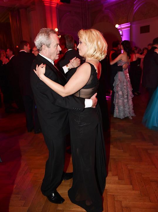Miluše při decentním tanci se Sašou Hemalou.