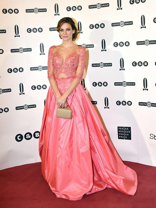 Andrea Verešová a její punc aristokracie. Živůtek pokrytý aranžovanou krajkou se efektně přeléval do nabírané sukně z lesklého taftu.