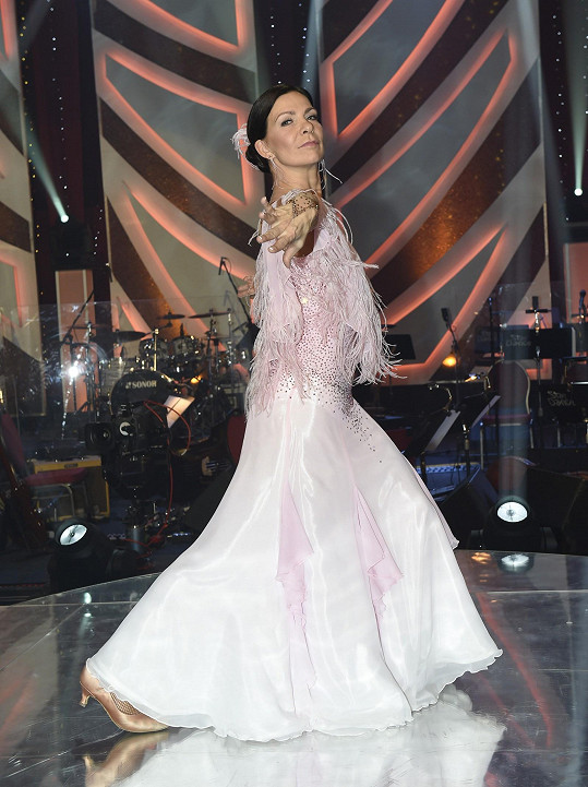 Na šaty a pastelové barvy si už zpěvačka zvykla.