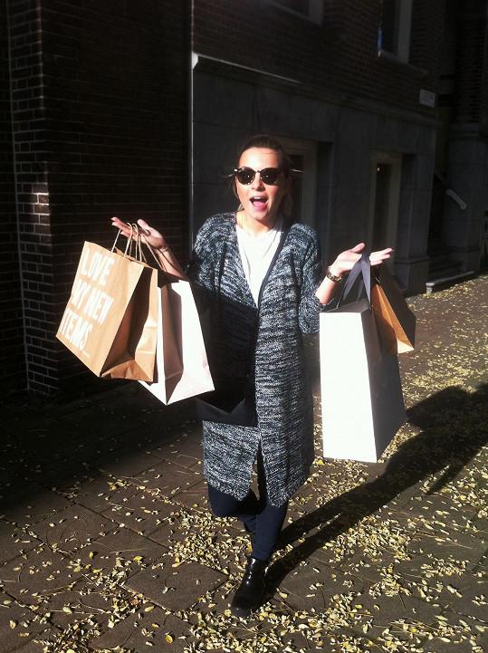 Z nákupů odcházela takto obtěžkaná.
