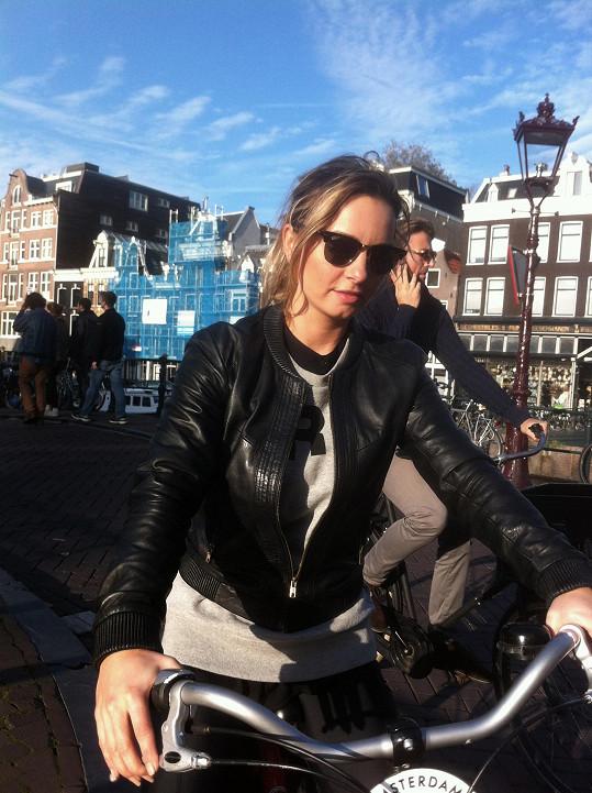 Když už se pohybovat po Amsterodamu, tak jedině na kole.
