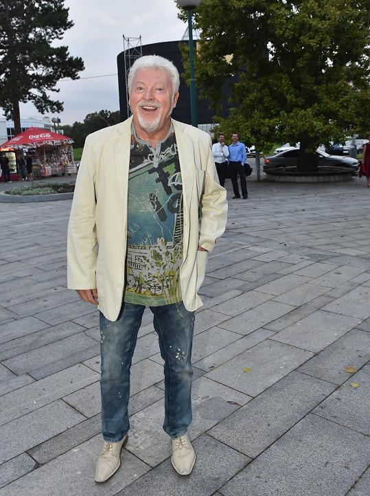 Milan Drobný je jedním z nejvýrazněji oblékáných mužů již mnoho desítek let. Zde se například vyšňořil jako texaský magnát zmutovaný s kanárkem.