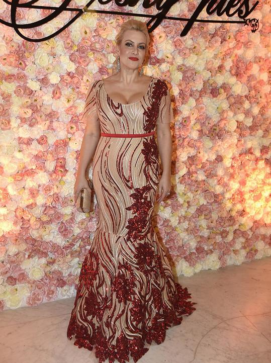 Na minulém plese zářily její kolegyně Tereza Mátlová v šatech od Aleny Wilson.