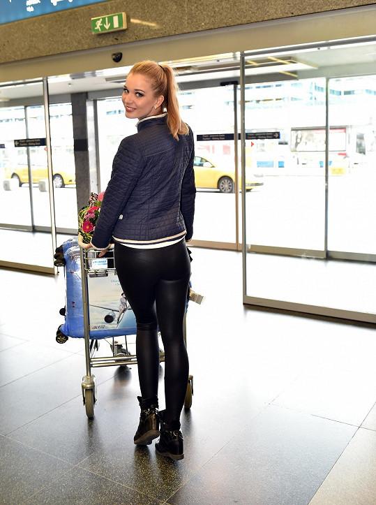 Úřadující Česká Miss byla po letu sice unavená, ale nechtěla to na sobě dát znát.