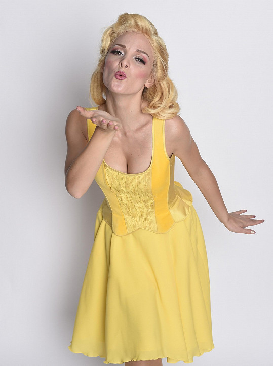 Nikola oblékne i tyto rozkošné žluté šatičky.