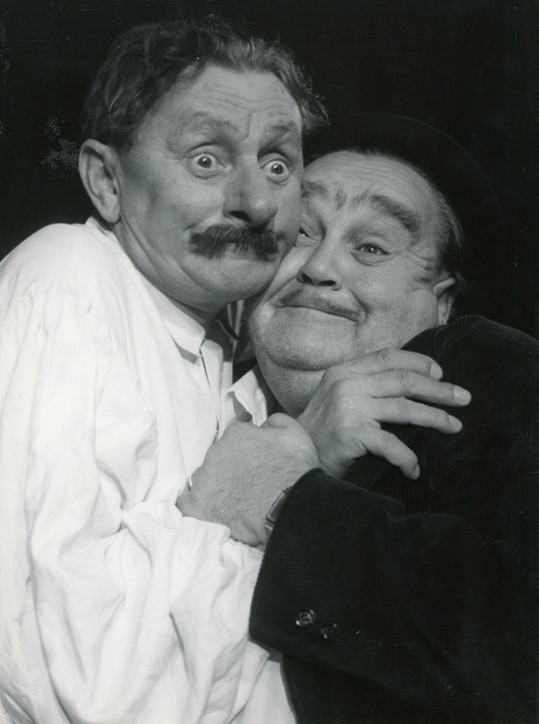 Poslední karlínská divadelní inscenace v hlavní roli s Vlastou Burianem Zavinil to Ferkl? (1953) totálně propadla. Burian na snímku s hercem Frantou Černým.