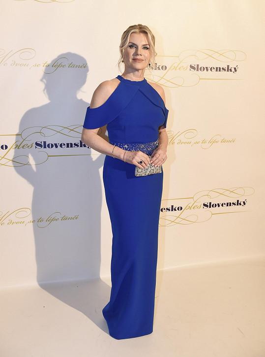 Na plese patřila k účinkujícím zpěvačka Leona Machálková. Zvolila šaty od Tatiany Kovaříkové.