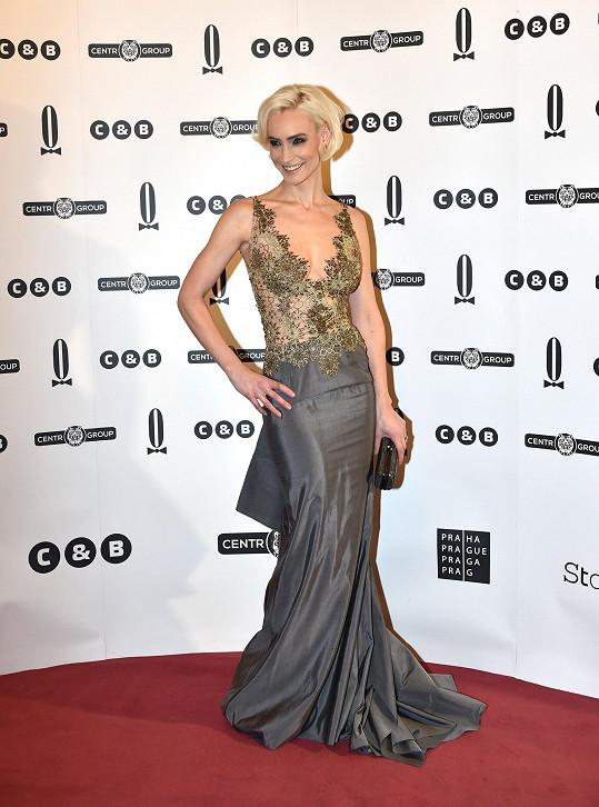 Bára Vida Kolářová měla při výběru šatů od Jany Pištějové šťastnou ruku. Vypadala božsky.