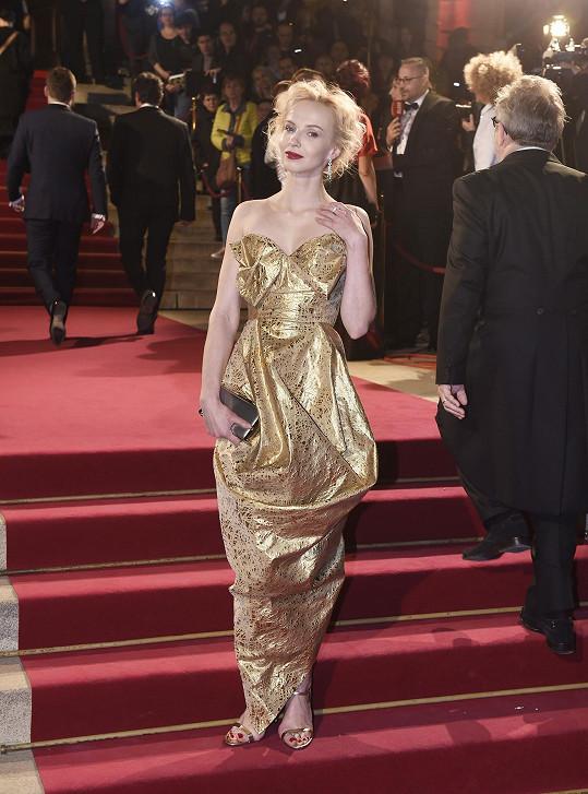 Oblékla zlaté šaty od Vivienne Westwood.