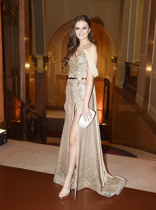 A její kolegyni Česko Slovenskou Miss Kláru Vavruškovou, která šaty doplnila šperky od Halady.