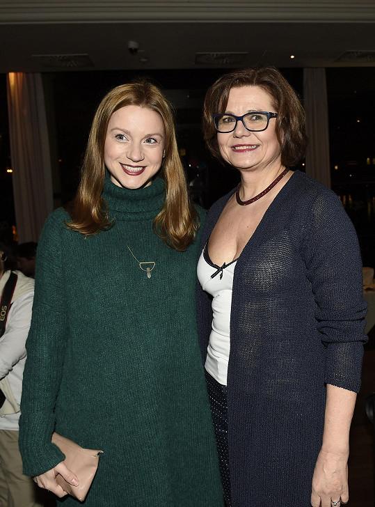 Hana Kusnjerová na večírku s Ivanou Andrlovou