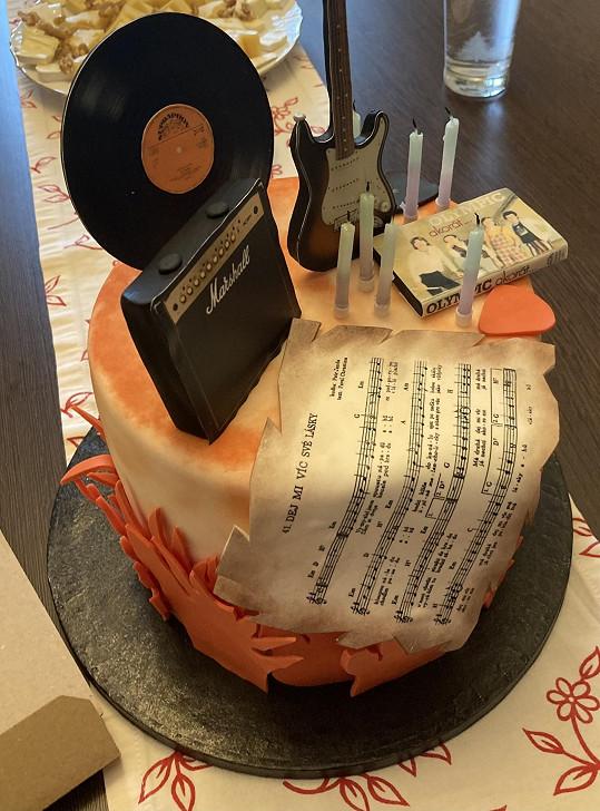 Rocker dostal obrovský dort s hudebními motivy.