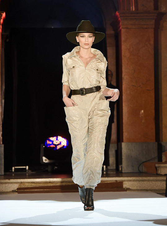Stačí podpatky a v overalu, který oblékla Karolína Mališová, můžete i do společnosti.