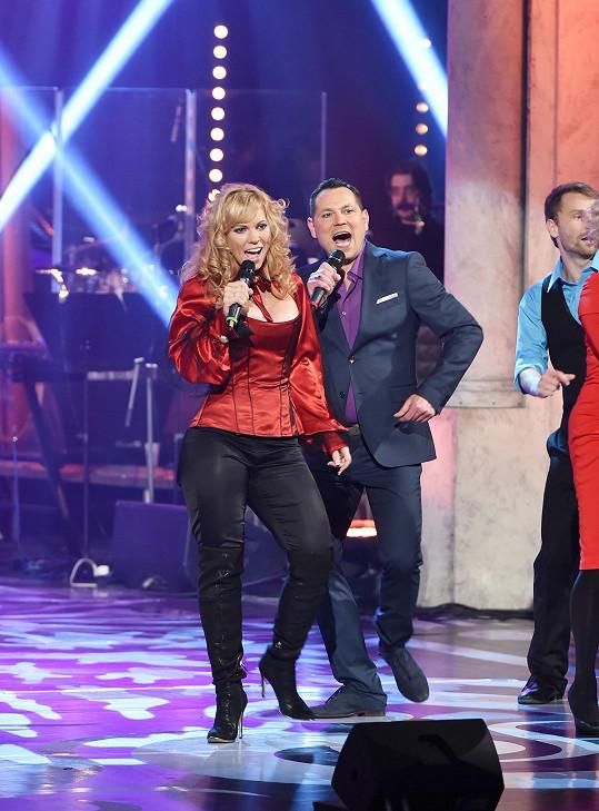Rozjetá zpěvačka s kolegou Pavlem Vítkem během bloku věnovanému muzikálu Mamma Mia!.