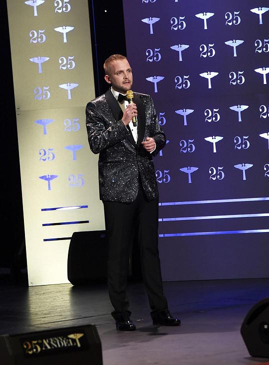 Opět moderoval se svým pověstným zlatým mikrofonem.
