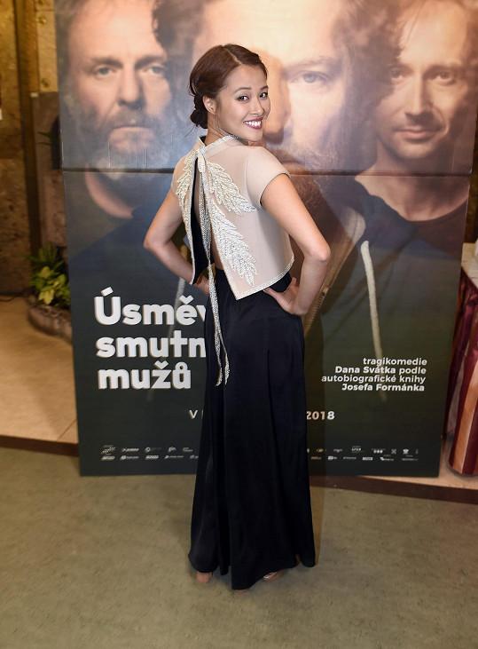 Ha Thanh na premiéře filmu Úsměvy smutných mužů v šatech, které jí ušila kamarádka