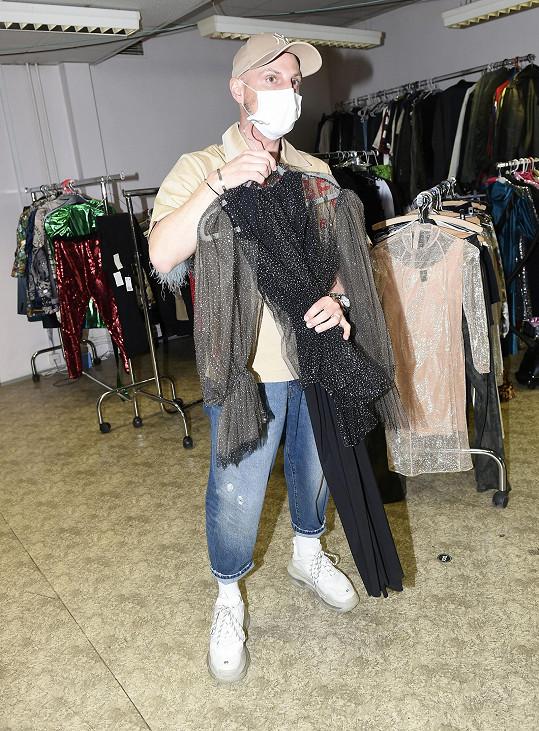 Šaty pro Moniku jsou často velmi efektní.