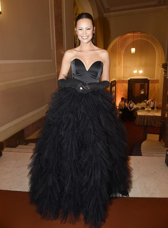 A její kolegyně z Primy Monika Leová měla od návrhářky černý model.
