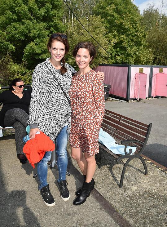 S kolegyní Andreou Kerestešovou se vídají na place seriálu Cesty domů.
