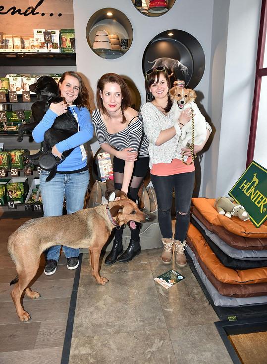 S kolegyněmi Lenkou Zahradnickou a Sandrou Novákovou podpořily projet nového psího útulku.