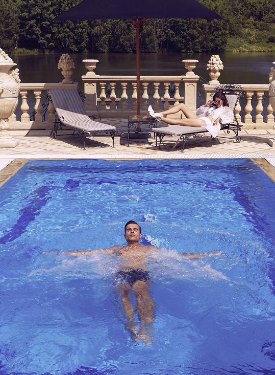 Fotilo se v luxusní vile za Prahou, která připomínala středomořské paláce.