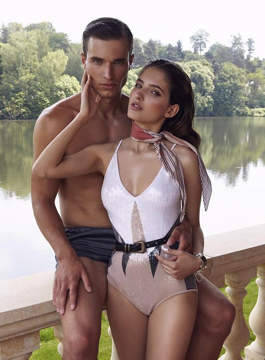 Sara se nakonec nechala přemluvit a během focení šla do plavek. Sekundoval jí slovenský model Dominik Dobranský.