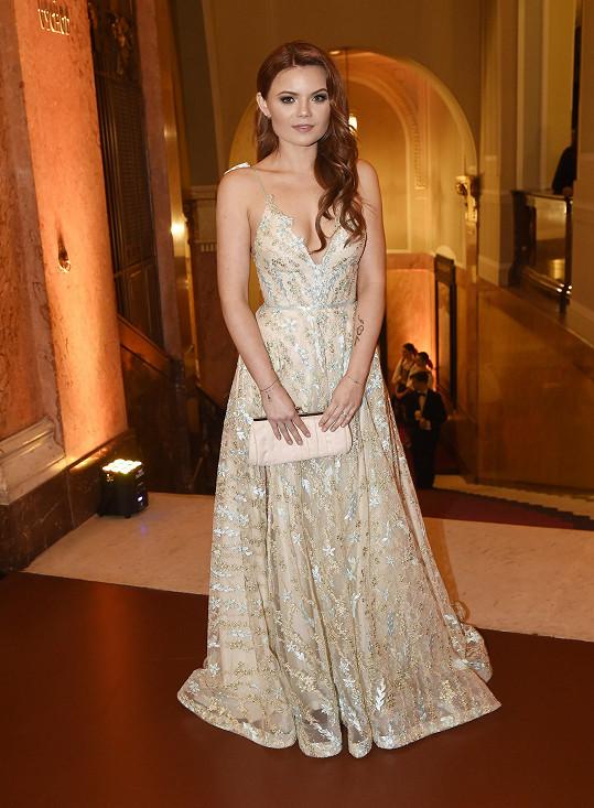 Několika kousky byla zastoupená návrhářka Sandra Marková. Oblékala zpěvačku Veroniku Stýblovou.