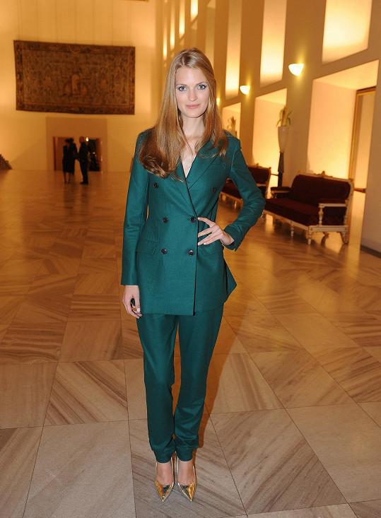 Kreativní ředitel módního domu Dior Raf Simons tvoří své modely přímo na této modelce - Magdě Langrové. Bylo tedy jasné, že pro tento významný večer kráska oblékne model z jeho aktuální kolekce.