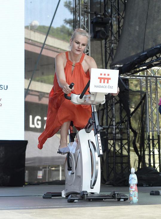 Iva Pazderková v šatech bez podprsenky.
