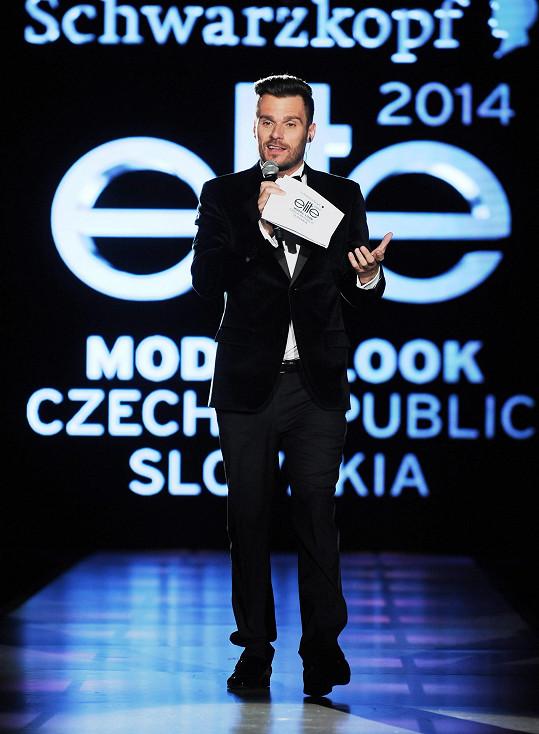 Leoš moderoval soutěž pro mladé modelky.