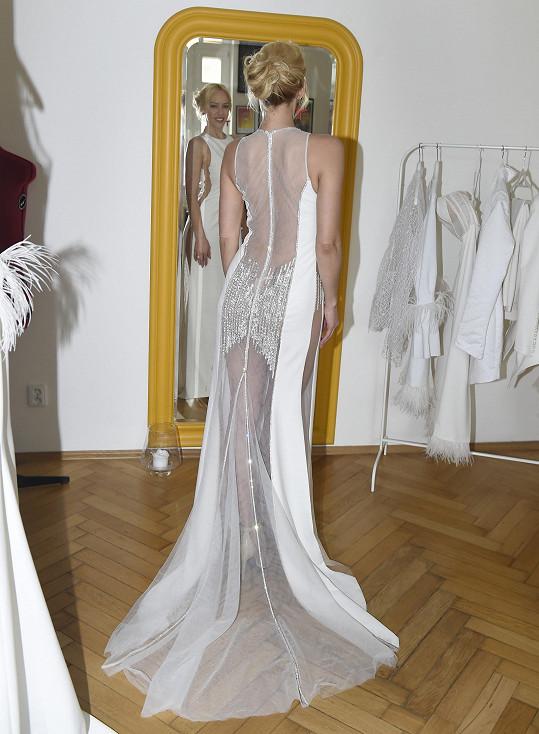 Na zkoušce oblékla bílé róby, ale na Plese v Rudolfinu prý bude dělat parádu v šatech jiné barvy.