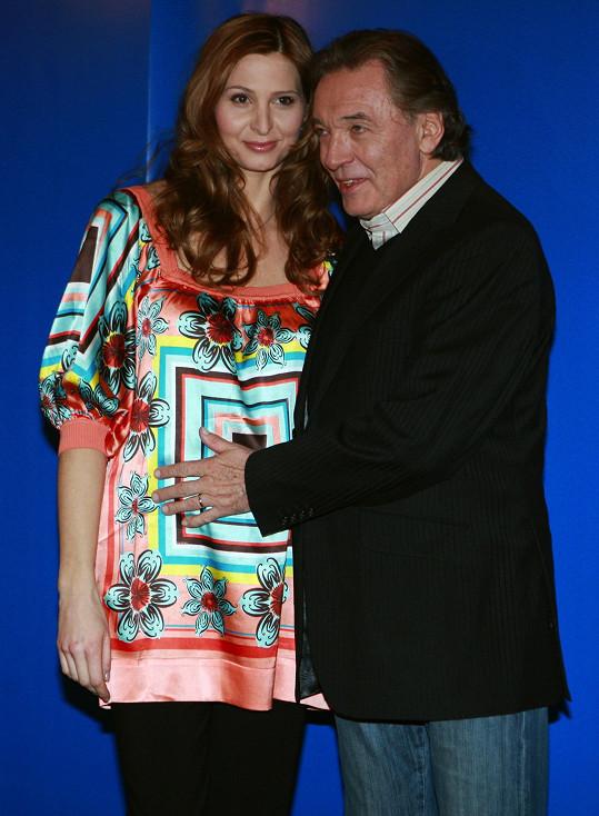O dva roky později se se zlatým slavíkem vzali a narodila se jim dcerka Nelly Sofie.