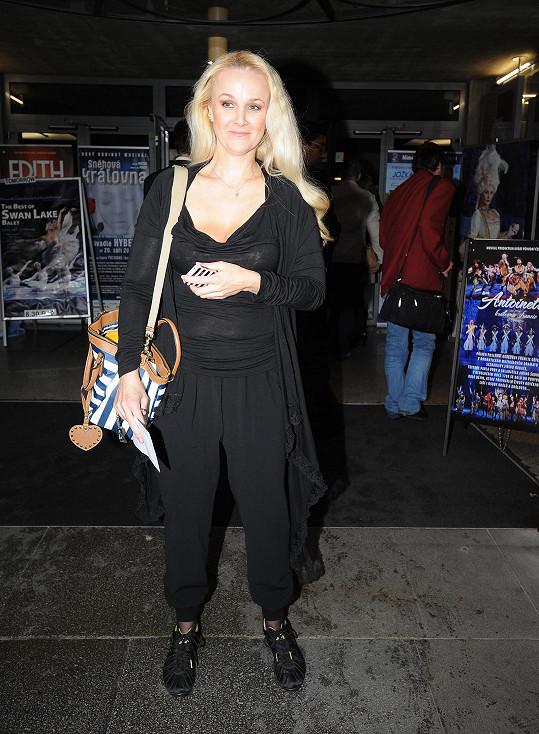 Linda Finková v modelu, který oblékla na premiéru muzikálu.