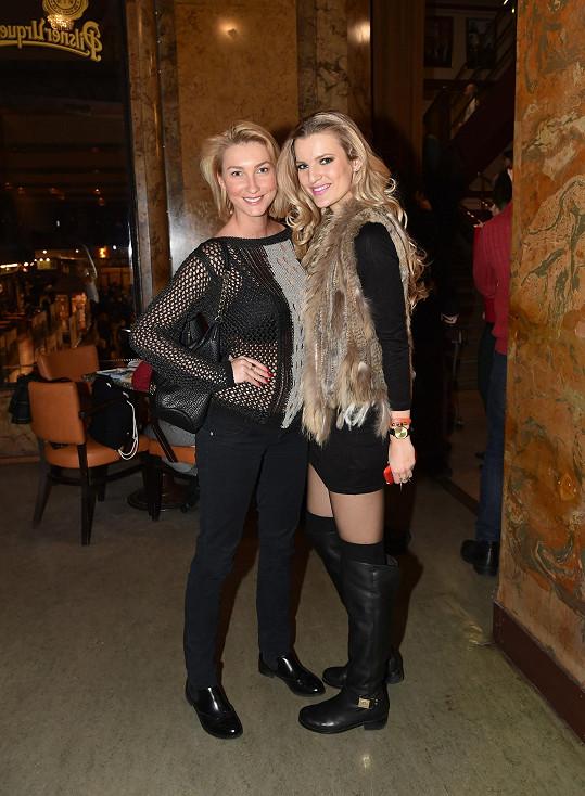 Při pózování s kolegyní Veronikou Procházkovou bylo jasné, která z nich použila make-up, a která nikoli.